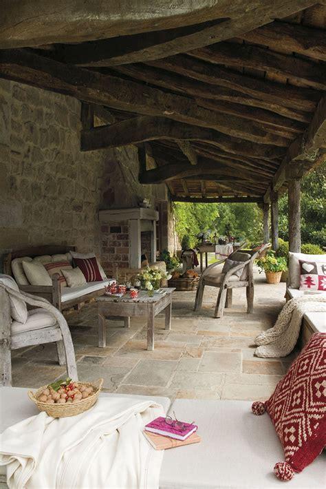 00310496. Porche rústico con chimenea, muebles de madera y ...