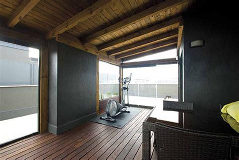 6 – Terraza con pérgola de madera cerrada con cortinas de ...