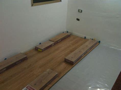 Ampliación de dormitorio con suelo laminado y viga ...