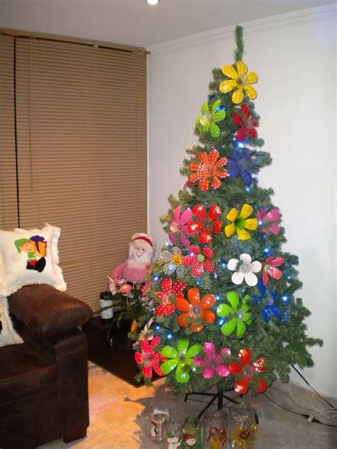 Árbol decorado con flores elaboradas con botellas ...
