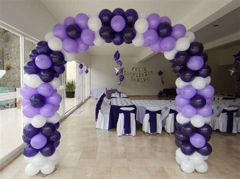 Arco con forma de flores, bouquets y letras de globos al ...