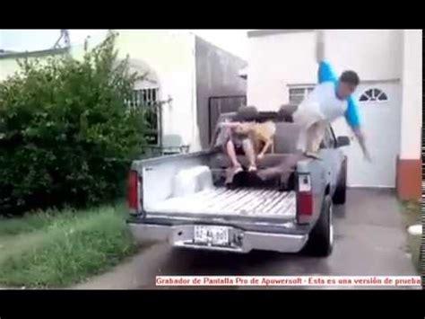 Caer con estilo de un coche