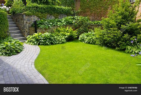 Camino de piedra jardín con pasto creciendo entre las ...