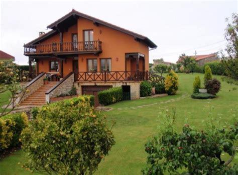 casa con jardin frontal