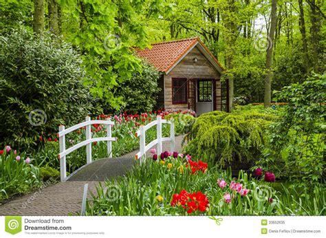 Casa De Campo E Ponte Branca Em Jardins De Keukenhof Foto ...