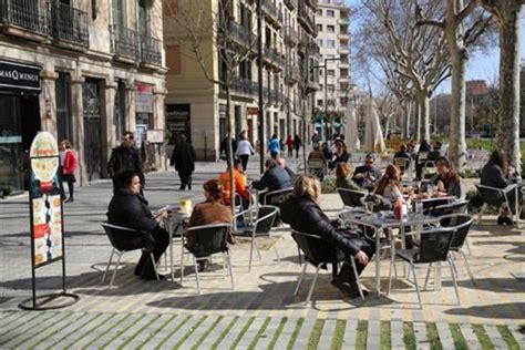Colau aplaza dos años la ordenanza de terrazas de Barcelona