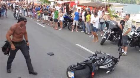 Cómo caer con estilo de una Harley Davidson   CABROWORLD