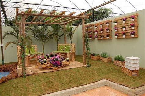 Cómo decorar un patio o jardín con maderas recicladas