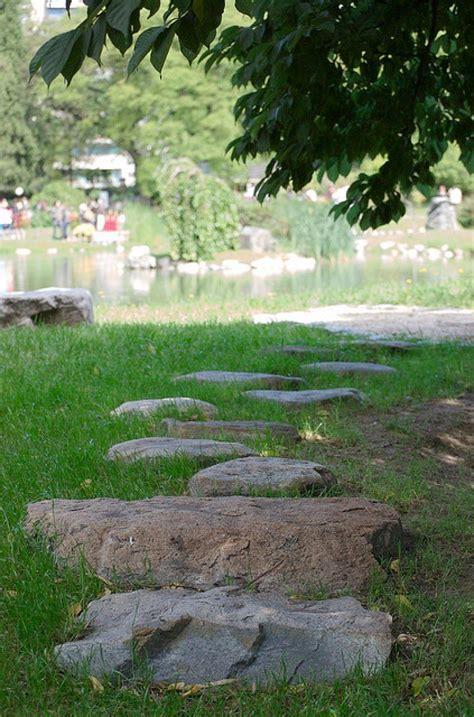 Cómo diseñar un camino de piedras en el jardín | Plantas