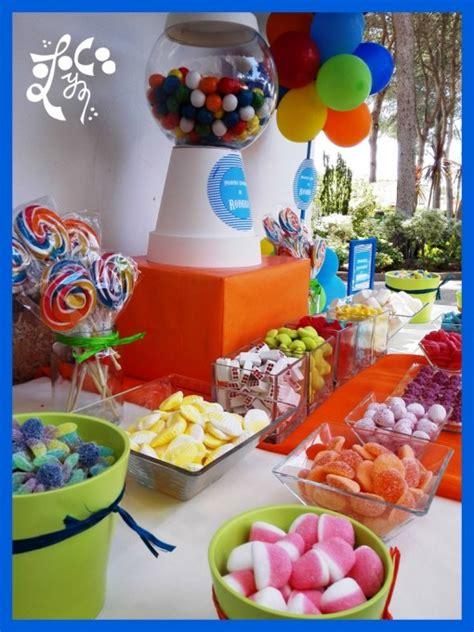 Comunión de niño decorada con globos y mesa dulce en ...