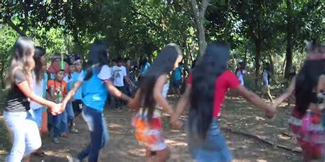 Coral de niños cristianos indígenas graban DVD