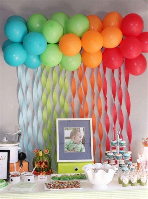Decoración con globos para mesa de cumpleaños