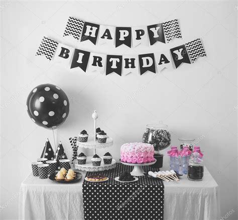 Decoración de fiesta de cumpleaños blanco y negro — Fotos ...