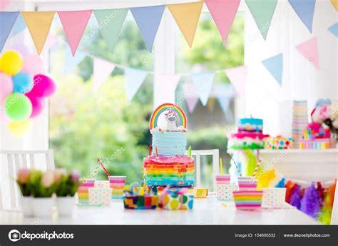 Decoración de fiesta de cumpleaños de niños y pastel ...