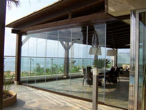 Decoración de una terraza con cortinas de cristal