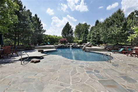 Decoración jardines con piscina con cascadas y rocas