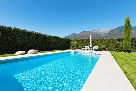 Decorar jardín con terraza y piscina   Diseño jardines   F60