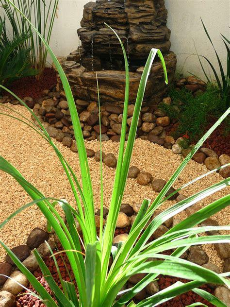 Diseño de un jardín muy pequeño con fuente, piedras y ...