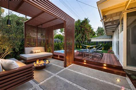 Diseño de una moderna terraza de madera de una casa en la ...