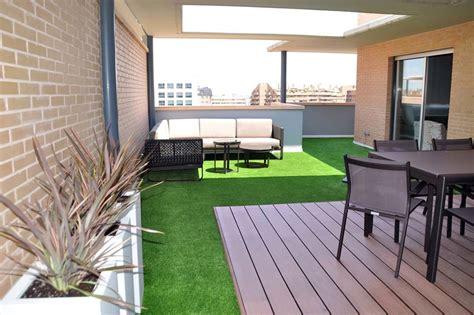 Diseño terraza con madera técnica y césped artificial ...