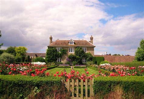 fachadas de casas con jardin frontal