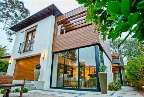 Fachadas de casas con paneles de madera