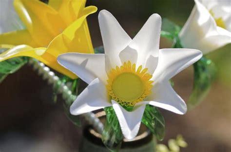 Flores a partir de elementos reciclados | Fundació Ilersis
