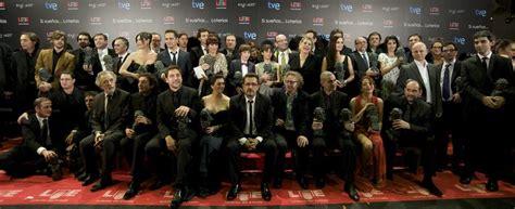 Foto de familia  de los ganadores de los Goya 2011 ...