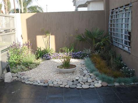 Foto: Jardin con Piedra Bola de Rio de Jardineria Garces ...