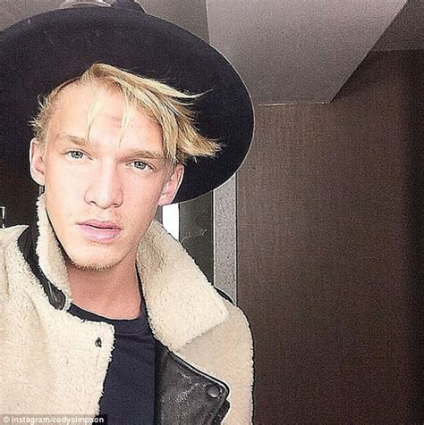 Gigi Hadid blows a kiss to boyfriend Cody Simpson on ...