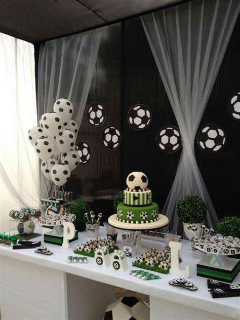 Globos decorados como pelota de fútbol para cumpleaños ...
