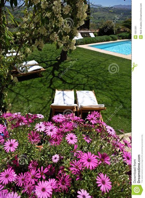 Hotel Y Piscina Rústicos De Lujo En Campo Imagen de ...