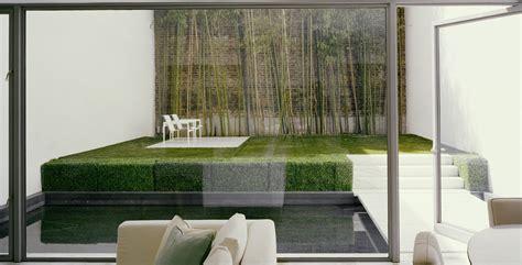 Jardín minimalista en la ciudad