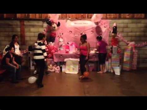 Juego de globos en baby shower   YouTube