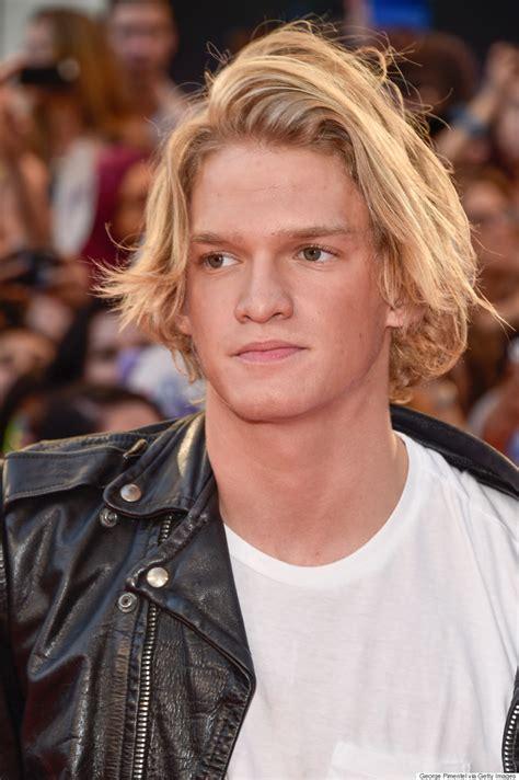 Les cheveux dorés de Cody Simpson éblouissent les MMVA 2015