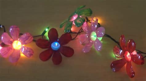 Luces de flores hechas con botellas de plástico para ...
