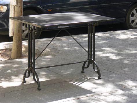 Mesas y sillas retro , mobiliario vintage de estilo ...