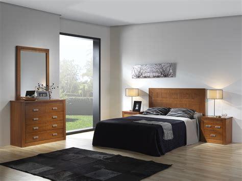 Mueble de dormitorio en madera de pino y cabezal de 150 cms