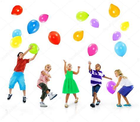 Multiétnicos niños jugando con globos — Foto de stock ...