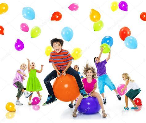 Multiétnicos niños jugando con globos — Fotos de Stock ...