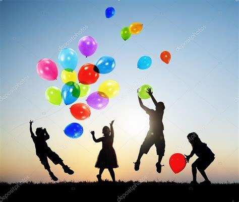 Niños jugando globos juntos — Foto de stock © Rawpixel ...