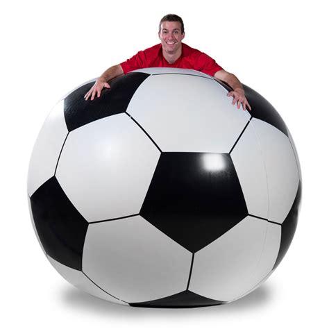 Pelota de futbol gigante | La Guarida Geek