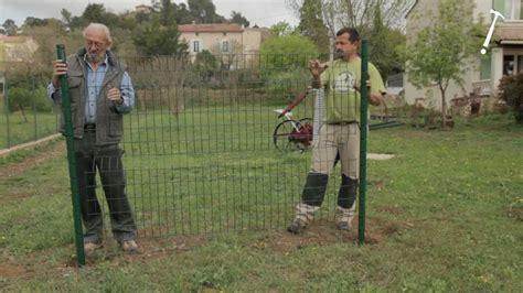 Poser une clôture metallique en panneaux   Bricolage avec ...