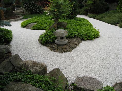 Senderos y caminos de piedras en el jardín