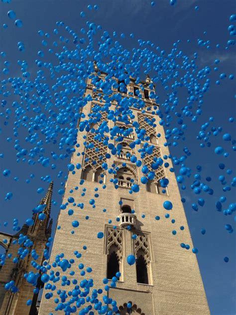 Suelta de globos en la Giralda por los derechos infantiles