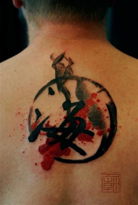 Tatuaje de un kanji en la espalda, rodeado de un circulo ...