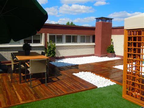 Terraza con césped artificial y tarima de madera ipe http ...