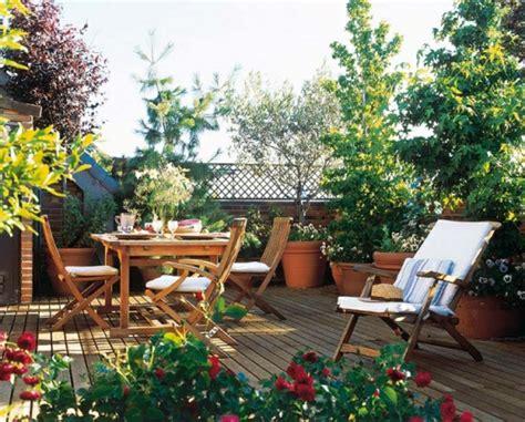 terrazas con encanto, terraza con suelo tarima, mesa y ...