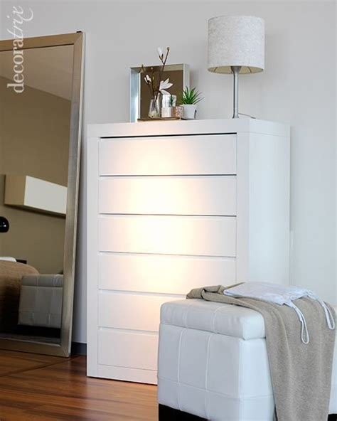 Un dormitorio blanco y radiante