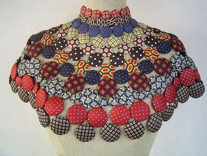 Un maxicollar con telas recicladas